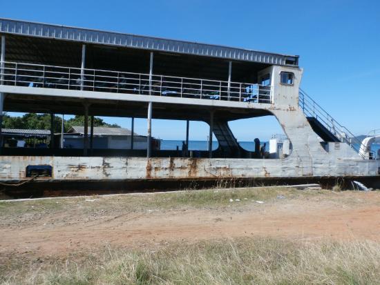 Trat, Thailandia: Rusty boat