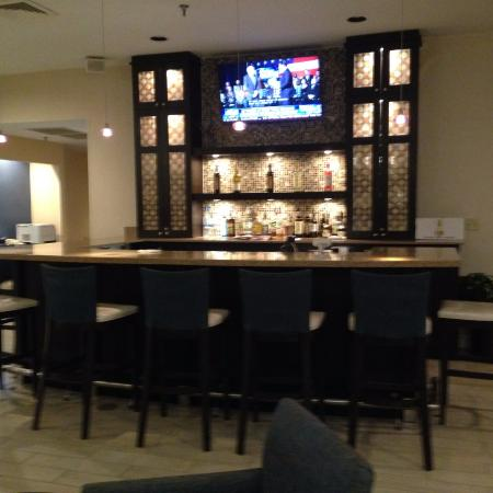 Hampton Inn & Suites Wilmington/Wrightsville Beach: Bar in the Lounge Area