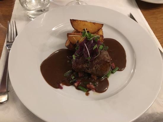Restaurant Karljohan - TEMPORARILY CLOSED: Råkade slinka in  de hade ett bord ledigt de har ca 40 stolar. Härlig atmosfär, extremt bra mat
