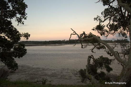 Mangawhai, นิวซีแลนด์: View across estuary from outsdie dining