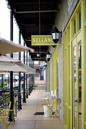 Selland's Market Cafe: Walkway to front door