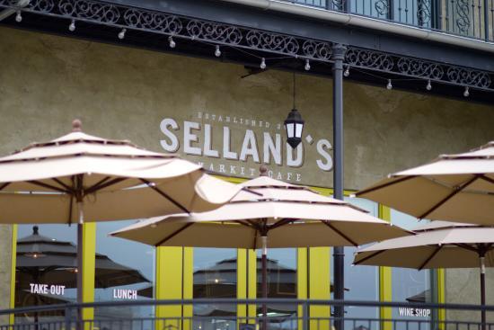 Selland's Market Cafe: Signage over porch