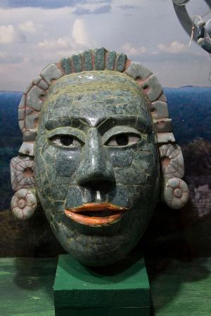 Museo Mesoamericano del Jade: Máscara garra de jaguar, cultura Maya