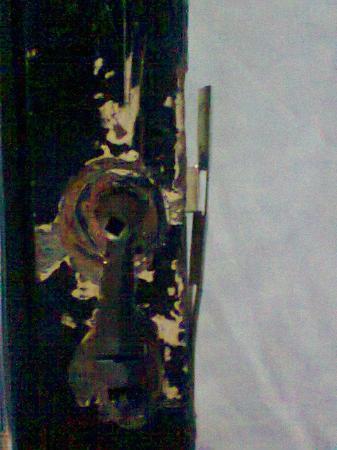 Plaza Hostel : Cerradura en pésimas condiciones, la puerta ni se puede cerrar.