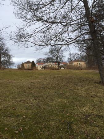 Gnesta, Sverige: Slottet på håll från promenad i slottsparken