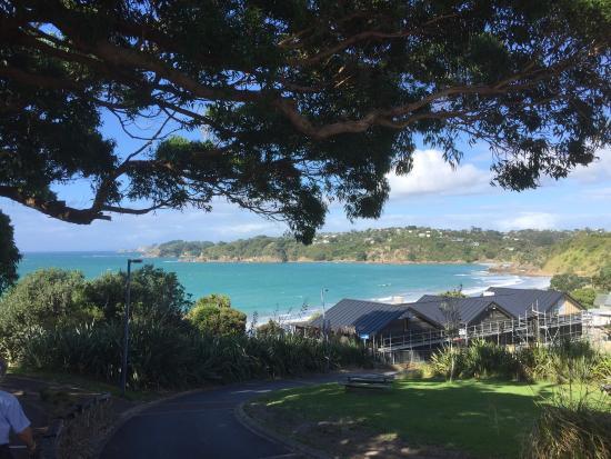 Oneroa, Новая Зеландия: Cette île est fabuleuse avec des photos de plage et beau soleil en automne ou presque puisque no