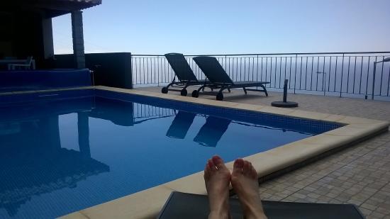Estreito da Calheta, Portugal: Blick vom Pool aufs Meer