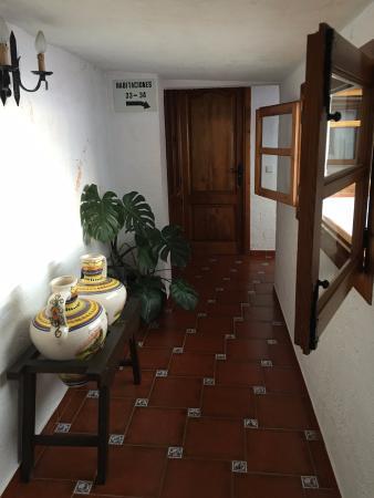 Hotel Hermanos Macias: в коридоре отеля