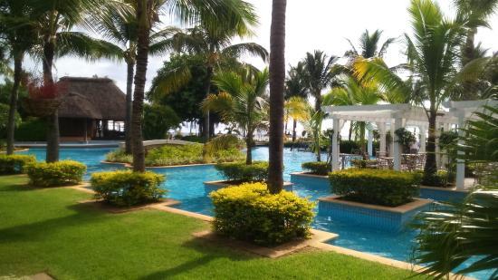 l 39 une des piscine du sugar beach paradisiaque photo de sugar beach mauritius flic en flac. Black Bedroom Furniture Sets. Home Design Ideas