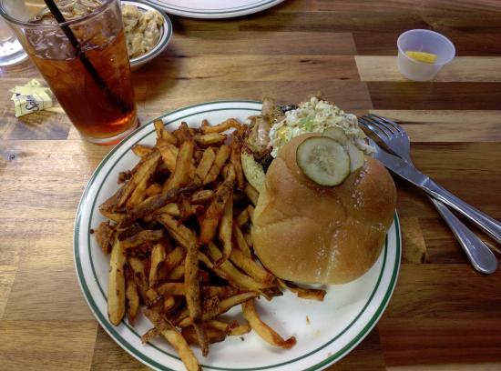 Soddy Daisy, Теннесси: BBQ pork sandwich and fries