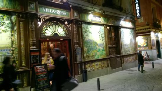 Hostal Adria Santa Ana: Villa Rosa. Across the street