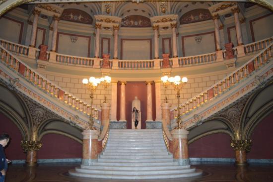 """Romanian Athenaeum (Ateneul Roman): Las escaleras """"de honor"""" por las que solo suben los cantantes"""