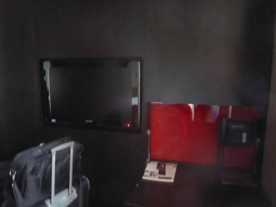 wenig platz f r die koffer picture of clarion collection. Black Bedroom Furniture Sets. Home Design Ideas