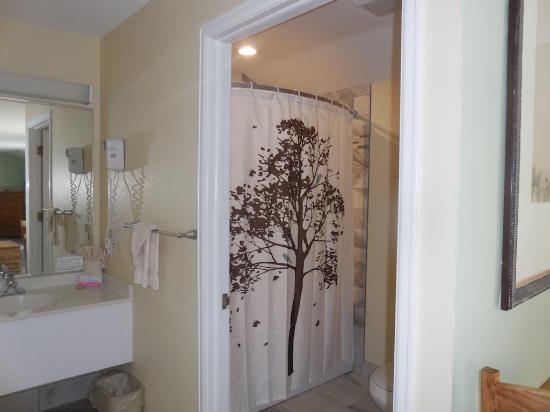 Salida Inn & Monarch Suites: Kings Cottage Bathroom