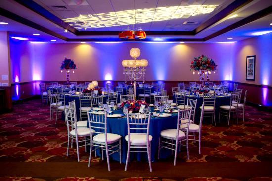 hilton garden inn milwaukee airport ballroom set up for a wedding - Hilton Garden Inn Milwaukee Airport