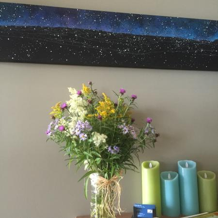 Woody Point, Kanada: Fresh Flower Welcome In the Lobby