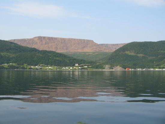 Woody Point, Kanada: View of Tablelands from Bay