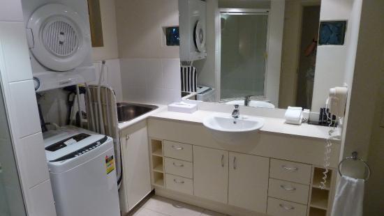 mantra french quarter resort badezimmer mit waschmaschine und tumbler - Badezimmer Waschmaschine