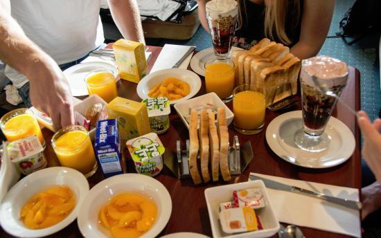Emerald Spa Motor Inn: Breakfast from the Motel