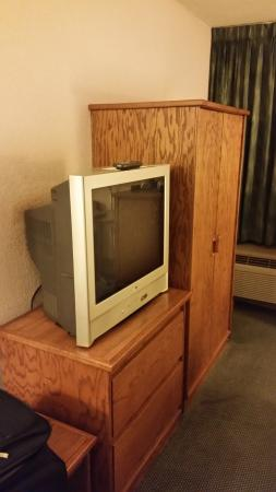 "Pear Tree Inn Paducah: Old style ""flat screen"" TV"