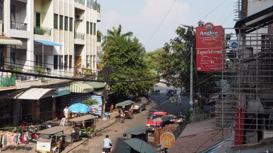 Velkommen Guesthouse: Derrière les arbres, le Riverside et le Tonle-Sap.