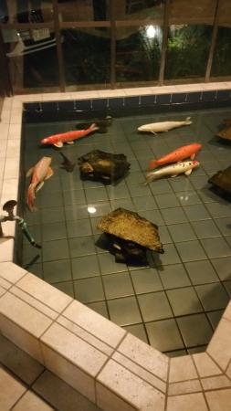 BEST WESTERN De Anza Inn: Koi pond in the lobby