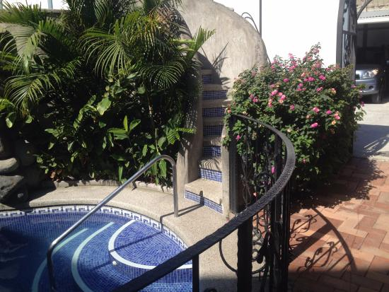 Hotel Santo Tomas: Pool and stairs up to jacuzzi and waterslide