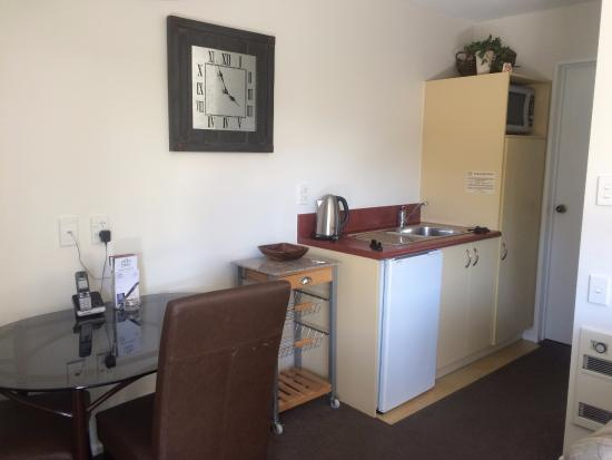 Tuscana Motor Lodge: Kitchenette