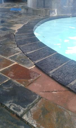 "Waiwera, Nya Zeeland: broken and missing tiles in the ""luxury"" hotpools"