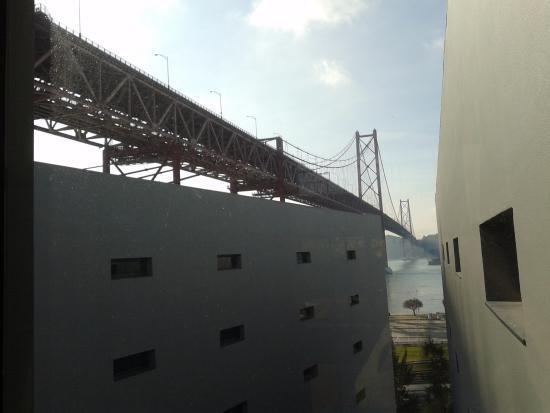 Vila Galé Ópera: otelin asansörlerinin bulunuğu koridorun manzarası