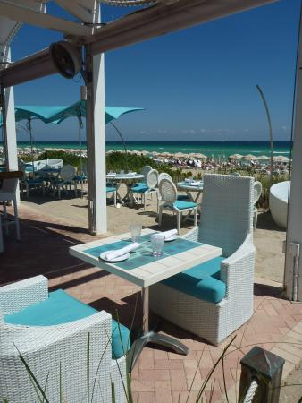 Sunny Isles Beach, FL: Maravillosa vista de la playa desde el restaurante