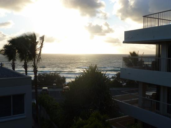 La Mer Beachfront Apartments: Sunrise view from apartment 7