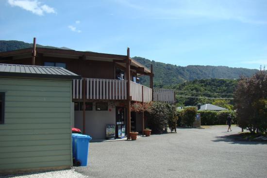 Picton Campervan Park: Ansicht Rezeption und Küche