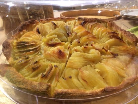 Tarte aux pommes maison bild von l 39 aubier montezillon - Tarte aux pommes compote maison ...