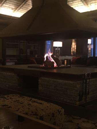 Hotel Val de Neu GL: Lobby con Chimenea