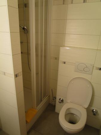 Hotel Restaurant Zollner: Bad und WC Einzelzimmer