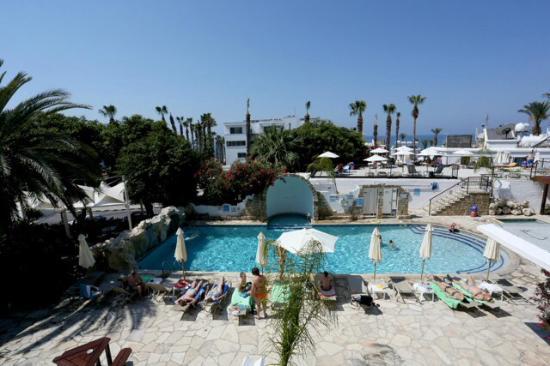 Dionysos Central Hotel : Het zwembad gezien vanuit de kamer.