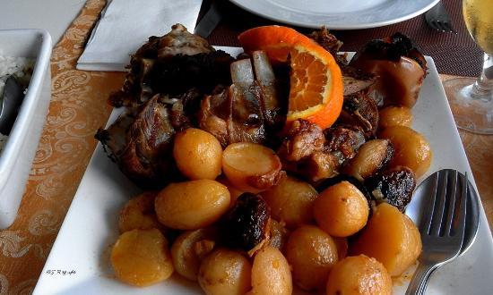 Abragão, Portugal: anho com maça assada, batatas e arroz de forno