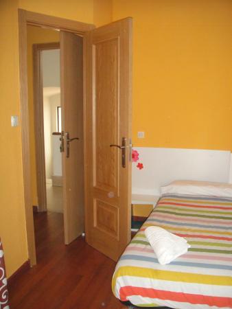 Arjori Rooms Hostal: habitacion triple