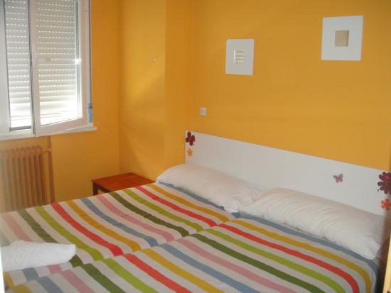 Arjori Rooms Hostal: habitacion triple