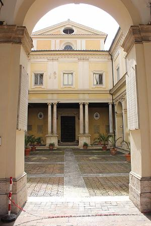 L 39 adiacente convento delle suore di madre teresa di for Colonne di portico di casa