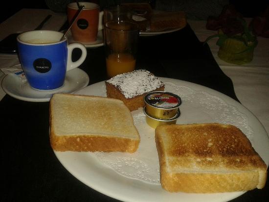 La Posada de las Esencias: Desayuno: Zumo natural + Café + Tostadas + Bizcocho casero