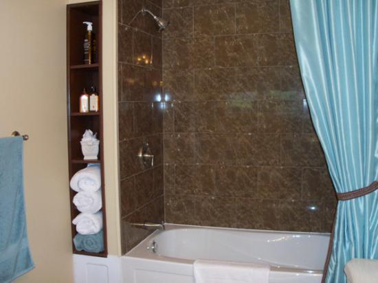 Kingsclear, كندا: Studio Suite Bathroom