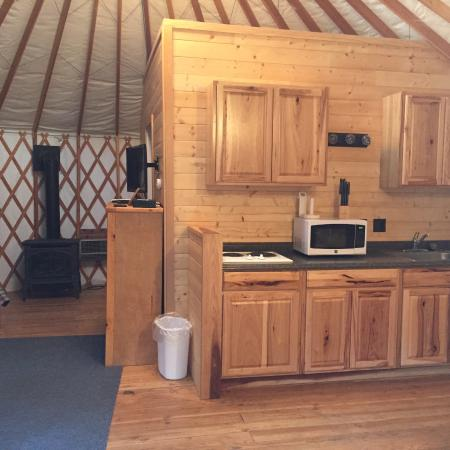 Yosemite Lakes RV Resort: Yurt Kitchen