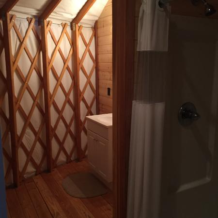 Yosemite Lakes RV Resort: Yurt Bathroom