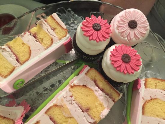 Green Brook, Nueva Jersey: Lemon raspberry birthday cake and chocolate cupcakes