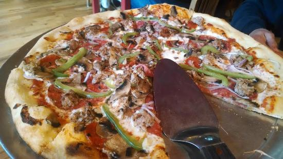 Lansing, North Carolina: Excellent pie loaded with local meats and veggies.