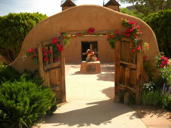 Chimayo, Nuevo Mexico: Entrance to the chapel