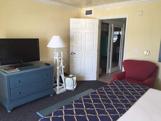 Avila Beach, CA: King room, dresser, chair, tv