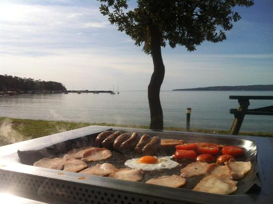 Eden Beachfront Holiday Park: BBQ on beachfront